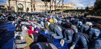 musulmani al colosseo in preghiera manifestazione islamica